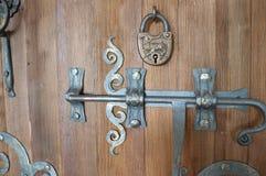 Oud slot op oude houten deur royalty-vrije stock afbeeldingen
