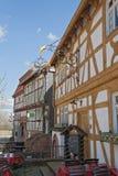 Oud smeedijzerteken op een half betimmerd huis Stock Fotografie