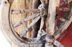 Oud spinrokspinnewiel in de werf van een buitenhuis Het concept behoud van traditionele ambachten, verouderde technologie stock foto's