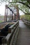 Oud spoorwegbrug en voetpad Stock Foto's