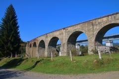 Oud spoorwegviaduct in de Oekraïne royalty-vrije stock afbeeldingen