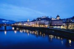 Oud stad en Hohensalzburg-kasteel en Salzach-de avond van Riviersalzburg stock afbeelding