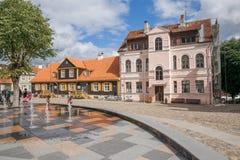 Oud stadscentrum in Kuldiga, Letland Het de de geschiedenisbouw van ` s Stock Fotografie