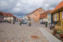 Oud stadscentrum in Kuldiga, Letland Het de de geschiedenisbouw van ` s royalty-vrije stock afbeelding