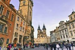 Oud Stadsvierkant in Praag een beroemde tourstaantrekkelijkheid Stock Foto's