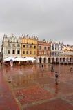 Oud stadsvierkant in regen Stock Fotografie