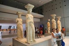 Oud standbeeld bij Akropolismuseum in Athene Griekenland stock foto's