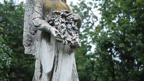 Oud standbeeld van beschermengel bij oude begraafplaats stock videobeelden