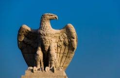 Oud standbeeld van een adelaar. stock foto's