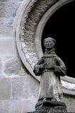 Oud standbeeld van een monnik Stock Foto's
