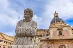 Oud standbeeld van een oude vrouw dichtbij een Italiaanse kerk royalty-vrije stock fotografie