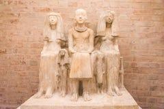 Oud standbeeld van Egyptische familie Stock Foto's