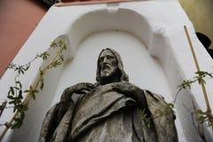 Oud standbeeld van Jesus Christ neer omhoog Stock Afbeeldingen
