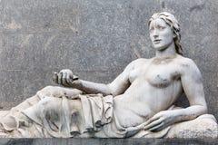 Oud standbeeld van vrouw het liggen Royalty-vrije Stock Afbeelding