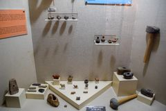 Oud steenassen en aardewerk Tentoongestelde voorwerpen van het Antalya-Museum van Antiquiteit stock foto