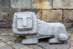 Oud steenbeeldhouwwerk van een leeuw met een vierkant hoofd stock afbeelding