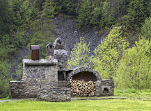 Oud steenfornuis met hout en rookhok in de bergen Royalty-vrije Stock Foto's