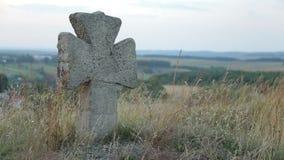 Oud steenkruis in begraafplaats stock video