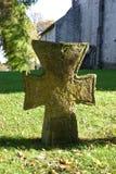 Oud steenkruis in kerkhof Royalty-vrije Stock Afbeeldingen