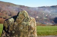 Oud steenoriëntatiepunt, Pays Basque Stock Fotografie