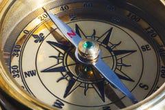 Oud stijl gouden kompas stock afbeeldingen