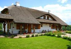 Oud stijlhuis in het land Royalty-vrije Stock Foto's