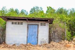 Oud stijlplattelandshuisje met oude blauwe deur op het gebied Royalty-vrije Stock Foto