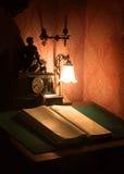 Oud stilleven Boek onder de lamp Stock Foto