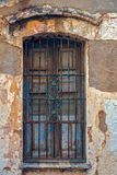 Oud stoffig venster met roestige bars royalty-vrije stock afbeelding