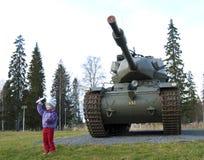 Oud tank en meisje Royalty-vrije Stock Fotografie