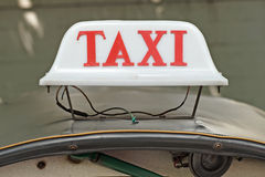 Oud taxiteken op dak hoogste auto Stock Foto's