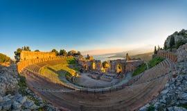 Oud theater van Taormina op de achtergrond de vulkaan Etna a stock afbeelding