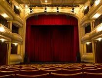 Oud theaterstadium en rood gordijn Royalty-vrije Stock Fotografie