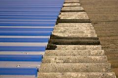 Oud tin en asbest Stock Foto