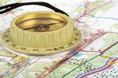 Oud toeristisch kompas op kaart Royalty-vrije Stock Foto's