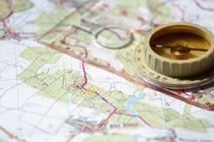 Oud toeristisch kompas op kaart Stock Foto's