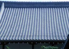 Oud traditioneel blauw tegeldakwerk van de architectuurachtergrond van Japan stock fotografie
