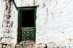 Oud traditioneel houten venster a in klein lokaal dorp in Nepal, Himalayagebergte stock foto's