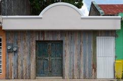 Oud traditioneel Mexicaans huis buiten met nieuwe voorgevel, rustieke D stock foto's