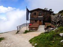 Oud traditioneel rustiek chaletplattelandshuisje op de berg hoogste welkome toeristen zich na berg wandeling te verfrissen over l Stock Afbeeldingen
