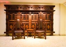 Oud traiditional houten gebeeldhouwd meubilair in het erfenisgebouw stock afbeeldingen