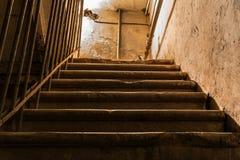 Oud traplood naar omhoog, de oude bouw met geruïneerde muren stock foto's