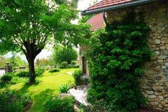 Oud tuin en huis Stock Foto