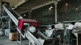 Oud TV-vertoning en van het monitorshuisvuil afval voor kringloop bij de stortplaats stock footage
