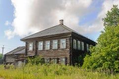 Oud two-storey logboekhuis in het land Stock Foto's