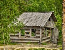 Oud typisch Russisch blokhuis in het bos Royalty-vrije Stock Foto's