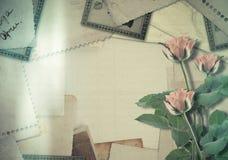 Oud uitstekend archief met foto's en roze rozen stock afbeeldingen