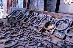 Oud uitstekend deurhandvat in verschillende vormen voor verkoop in markt in Marrakech, Marokko antiquiteit stock afbeelding