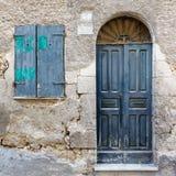 Oud uitstekend groen houten deur en venster Stock Foto's