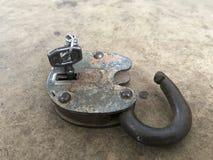 Oud uitstekend Hangslot Het slot van het slot is open De sleutel wordt opgenomen in het hangslot royalty-vrije stock afbeelding